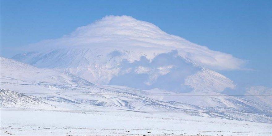 Ağrı Dağı'nı kaplayan bulutlar güzel görüntüler oluşturdu