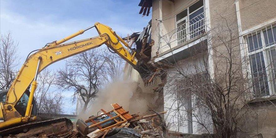Malatya'da ağır hasarlı evler kontrollü şekilde yıkılıyor