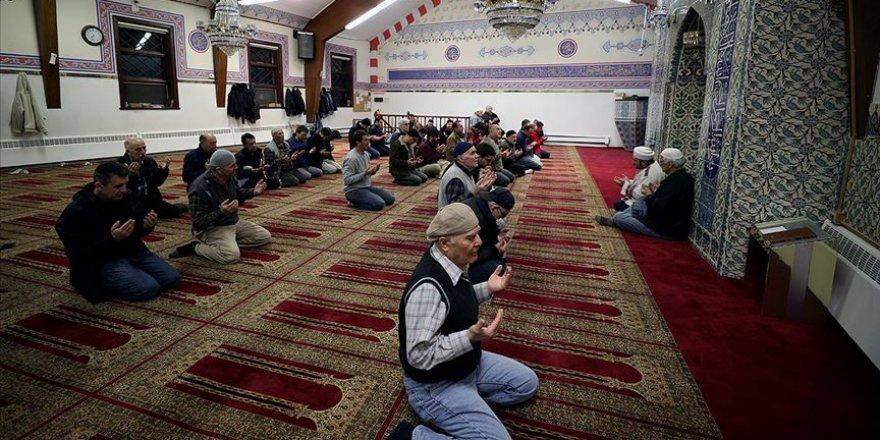 New York ile New Jersey'deki camilerde eller Mehmetçiğe dua için kalktı