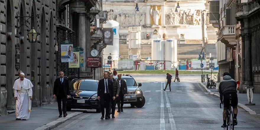 Papa, koronavirüs için boş sokaklarda dua ederek gezdi