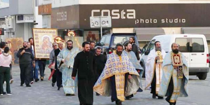 Avrupa'da papazlar sokaklara indi! Şehirleri kutsuyor ve dua ediyorlar