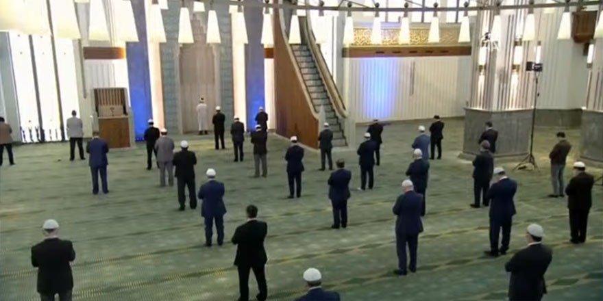 Millet Camisi'nde koronavirüs önlemli cuma namazı kılındı