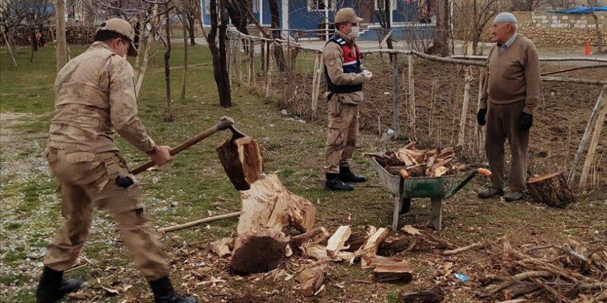 Mehmetçik, koronavirüs nedeniyle dışarı çıkamayan vatandaşların odunlarını da kırıyor