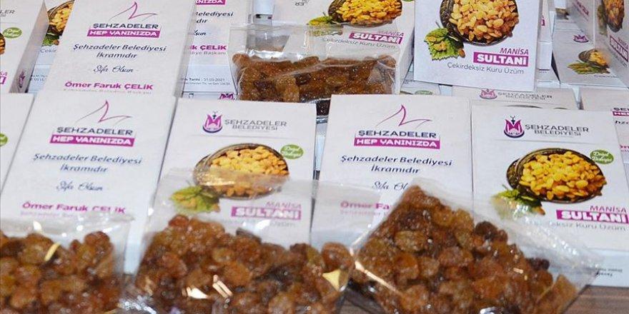 Manisa'da sağlık çalışanlarına 15 bin paket kuru üzüm dağıtıldı