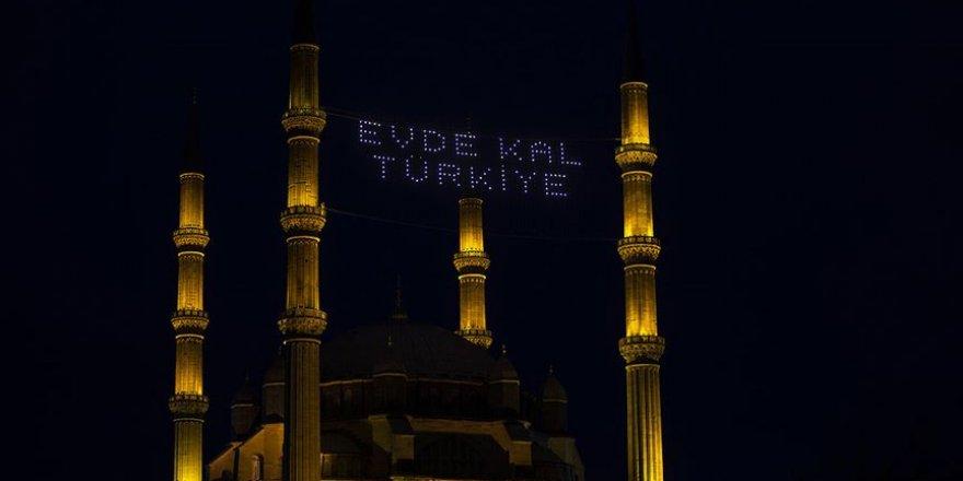 Selimiye Camisi'nin minarelerine 'Evde Kal Türkiye' yazılı mahya asıldı