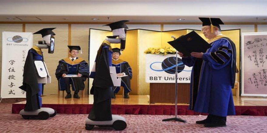 Japon öğrenciler koronavirüs sebebiyle robotlar aracılığıyla mezun oldu