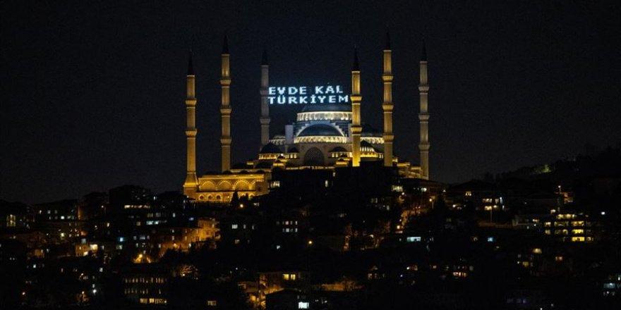 İstanbul'da Beraat Kandili'nde mahya aracılığıyla 'Evde kal' mesajı