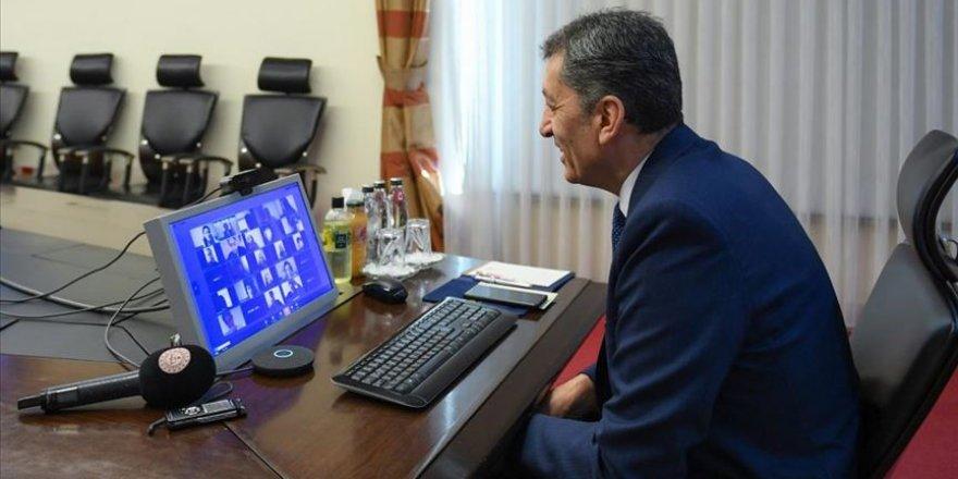 Milli Eğitim Bakanı Ziya Selçuk EBA canlı sınıfta öğrencilerle buluştu
