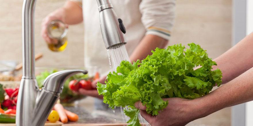 Uzmanından 'çiğ tüketilen gıdaları sirkeli su ile yıkayın' tavsiyesi