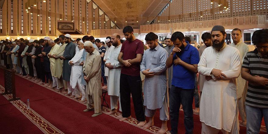 Pakistan'da camilerde cemaatle namaz yasağı 'şartlı' kaldırıldı