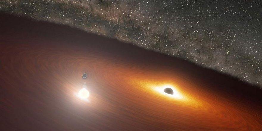 Gerçek olamayacak kadar büyük bir kara delik, evrene sinyaller yayıyor