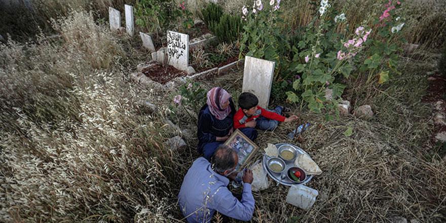 Halepli anne mezarlıkta iftar yapıyor