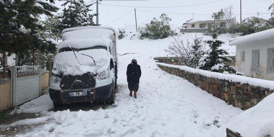 Erzincan'da mayısta yağan kar 'kara kış' manzaralarını aratmadı
