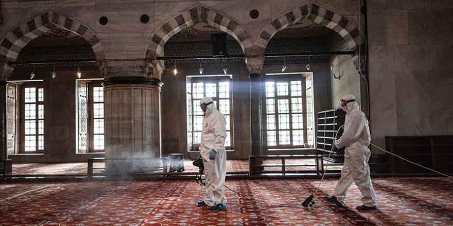 İstanbul'da cuma namazıyla ibadete açılacak camiler dezenfekte ediliyor
