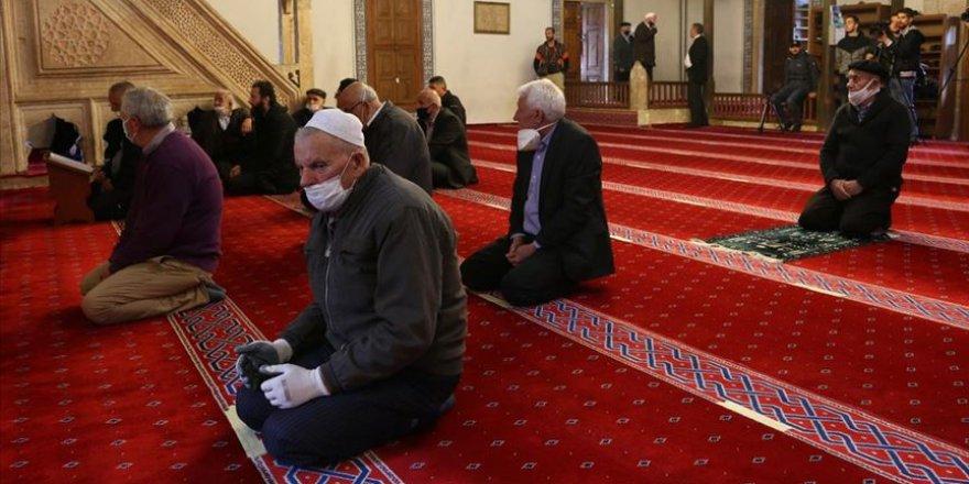 İmamlar cemaate, cemaat camilere kavuşmanın sevincini yaşıyor