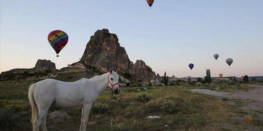 Kapadokya semaları sıcak hava balonlarıyla renklendi