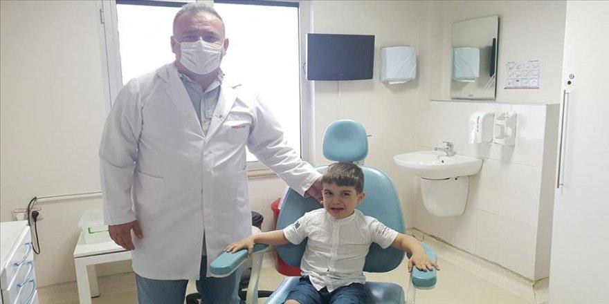 Suriyeli küçük Muhammed biyonik kulakla sesleri duyacak