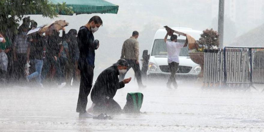 Günün en çok paylaşılan resmi: Yağmur altında Cuma namazı