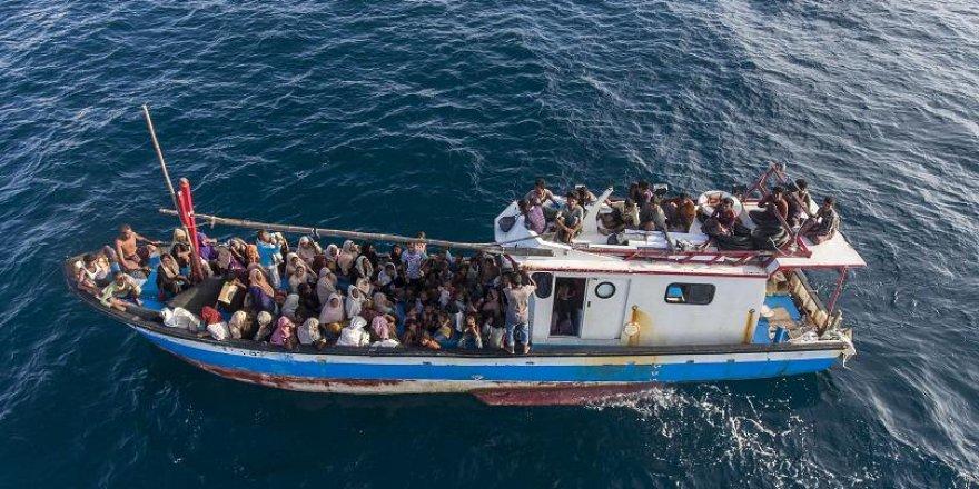 Denizde sürüklenen 94 Arakanlı ölmekten kurtarıldı