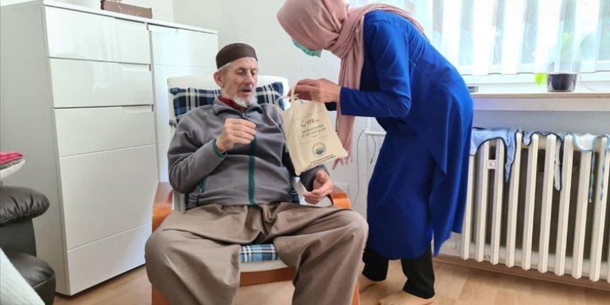 YTB desteğiyle Almanya'da 60 yaş üzerine hijyen paketi dağıtıldı