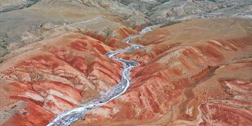 Iğdır'daki Tuz Dağı ziyaretçilerini kendine hayran bırakıyor