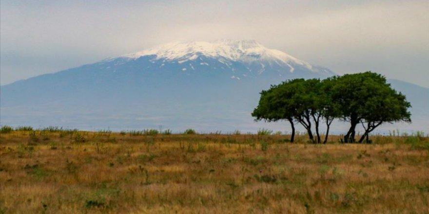Türkiye'nin en büyük üçüncü dağına kar yağıdı