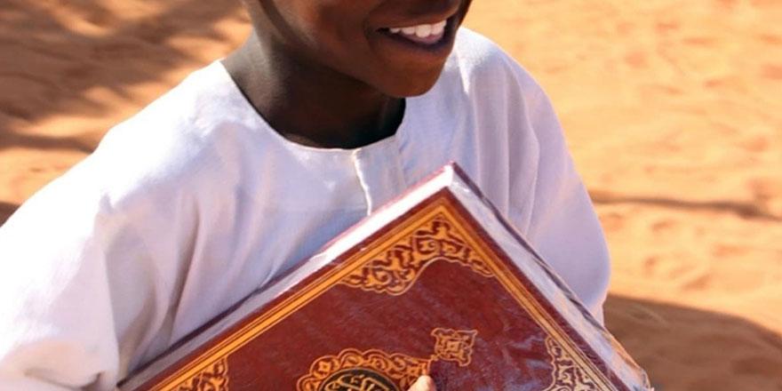 90 binden fazla Hüsrev Hatlı tevafuklu Kur'an-ı Kerim Senegal'de dağıtıldı