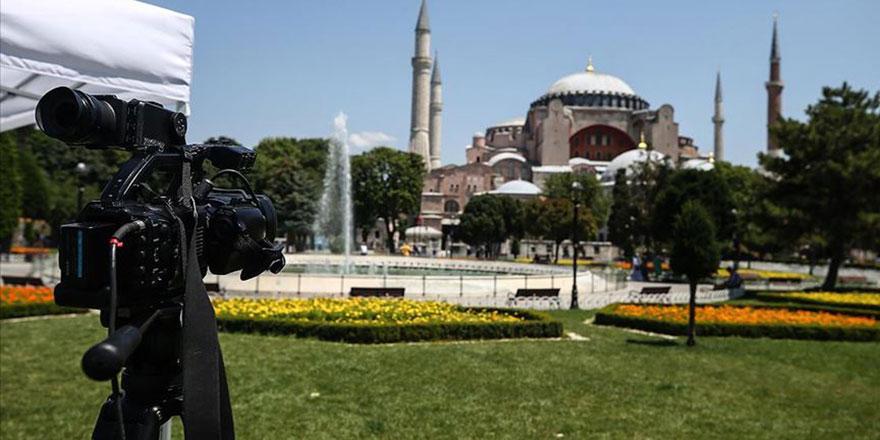 Dünya medyası Ayasofya önünde kamp kurdu