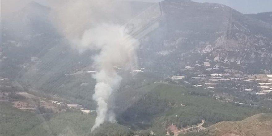 Antalya'da ormanlık alanda çıkan yangın söndürülmeye çalışılıyor