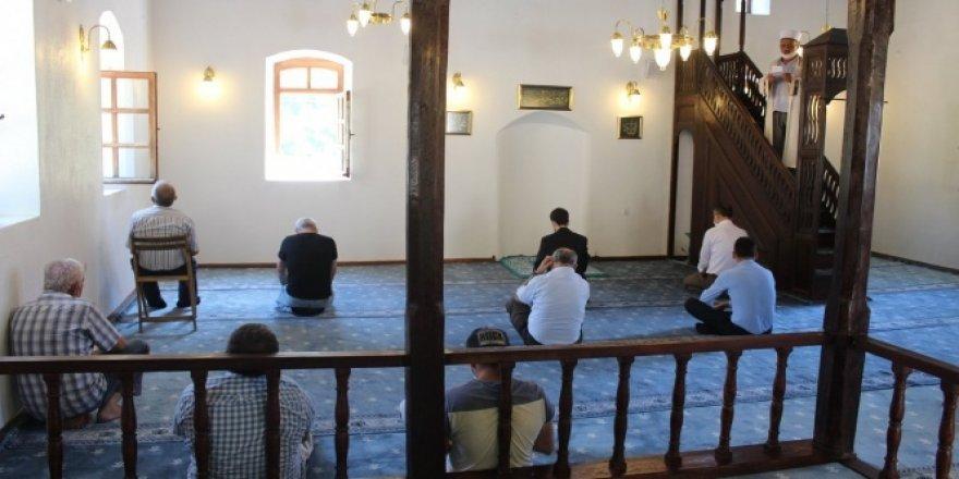 Tarihi camide 15 yıl aradan sonra tekrar namaz kılındı