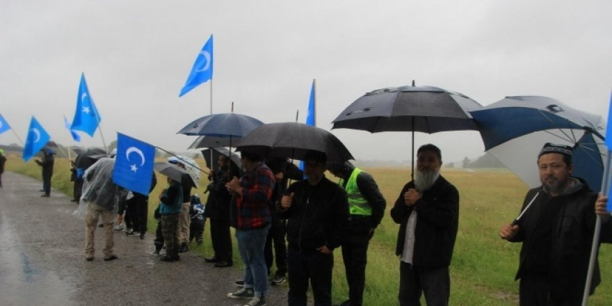 Çin İsveç'teki Uygur Türkleri tarafından protesto edildi