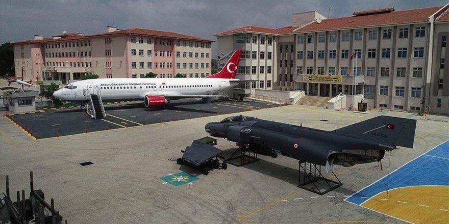 Bu okulun bahçesinde yolcu ve savaş uçağı var