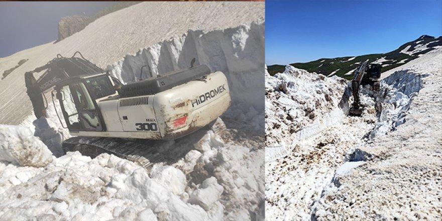 Bu görüntü Türkiye'den: 36 derece sıcaklıkta kar temizliği