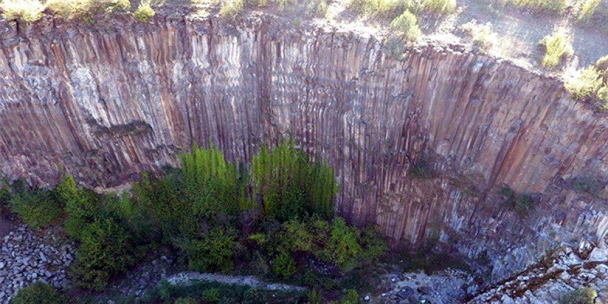 Altıgen prizma şeklindeki kayalık görenleri şaşırtıyor