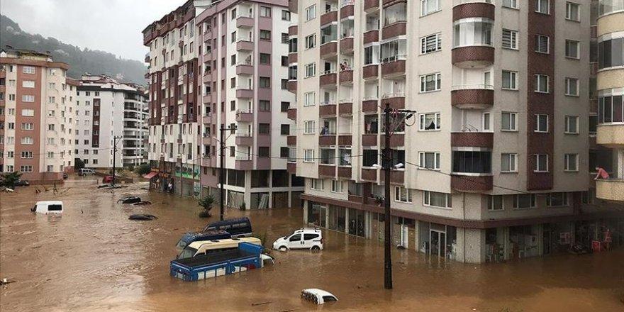 Rize'de şiddetli yağış sebebiyle dere taştı