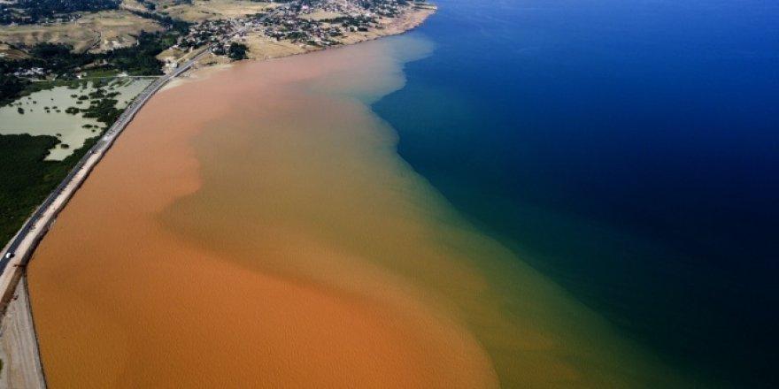 Van gölü sel sularıyla kızıla boyandı