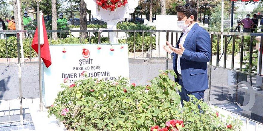 15 Temmuz kahramanı şehit Halisdemir'in kabrine ziyaretçi akını yaşandı