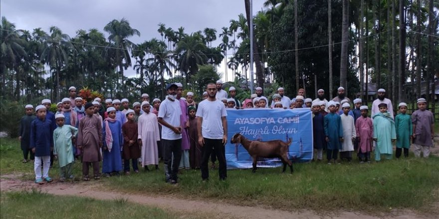 Ayasofya Camisi için Arakanlı ve Bangladeşli yetimlerden dua