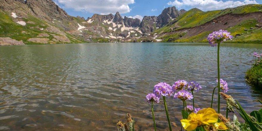 Sat Buzul Gölleri ziyaretçilerine doğal güzellikler sunuyor
