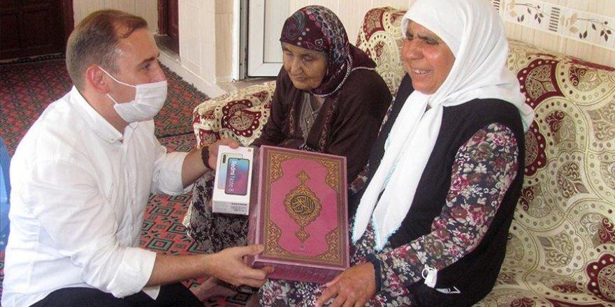 Kaymakam, görme engelli kadınla birlikte Kur'an okudu