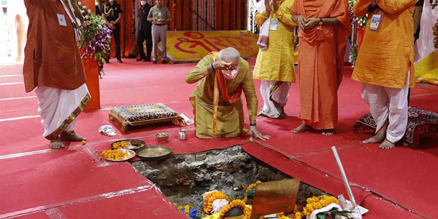 Camiyi yıktılar yerine tapınak inşa ediyorlar Hindistan Başbakanı da temelini atıyor