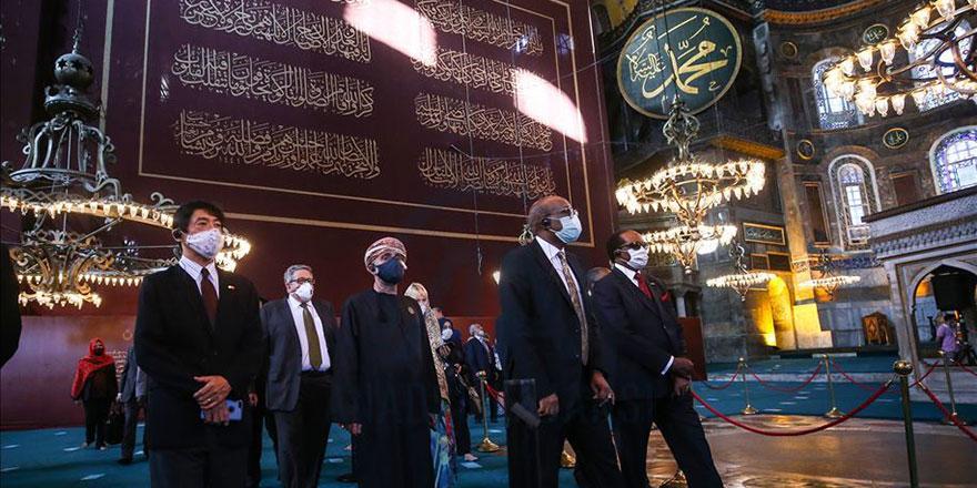 Büyükelçiler Ayasofya-i Kebir Camii'ni ziyaret etti, namaz kıldı