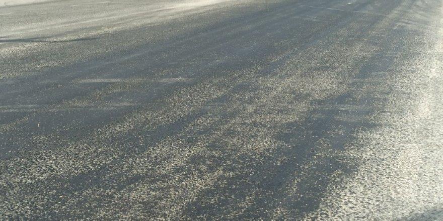 Afyonkarahisar'da 42 dereceye çıkan sıcaklık asfaltı eritti