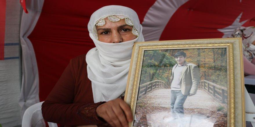 HDP il binasının önünde hafız oğlunun yolunu gözlüyor