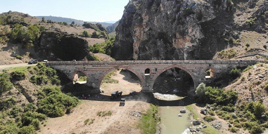 7 asırlık köprünün kemerinde mescit bulunuyor
