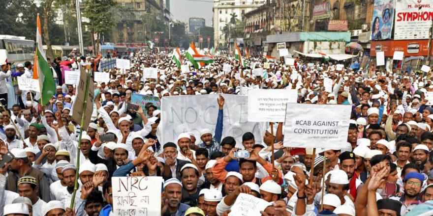Hindistan'da Hz. Muhammed'e (asm) hakaret üzerine sokaklara döküldüler