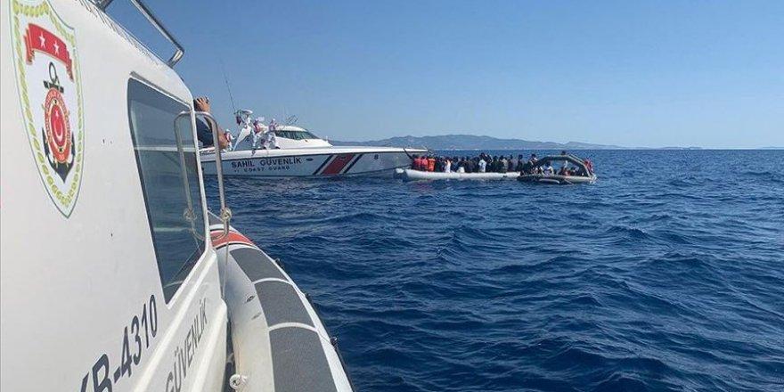 İzmir'de Türk karasularına itilen düzensiz göçmenler kurtarıldı