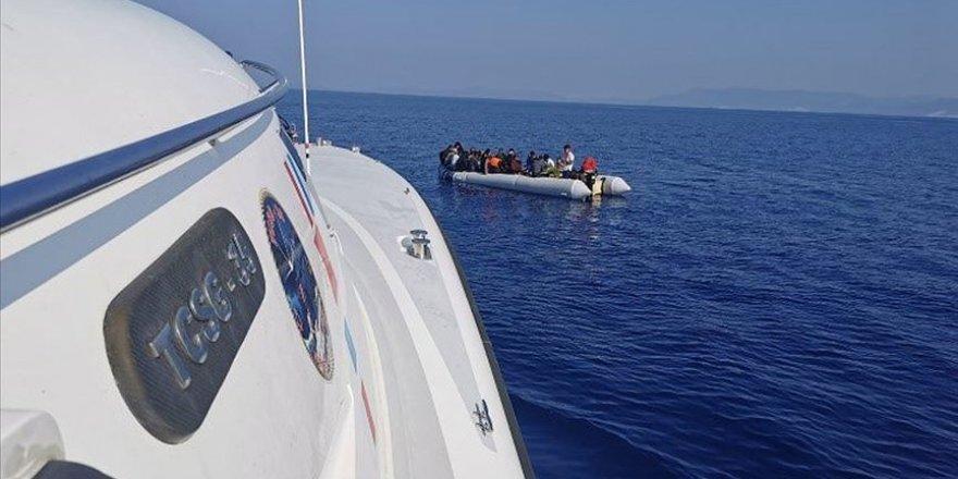 İzmir'de Türk kara sularına geri itilen 10 sığınmacı kurtarıldı