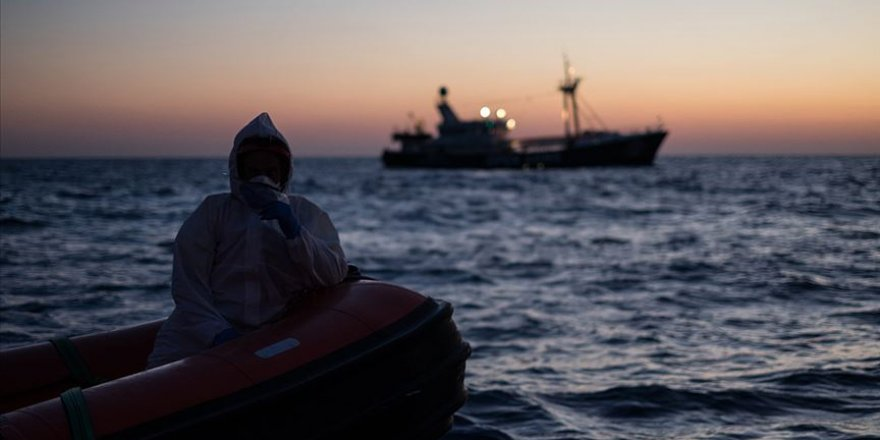 Düzensiz göçmenleri taşıyan bir teknenin batması sonucu 5'i çocuk en az 45 kişinin hayatını kaybetti