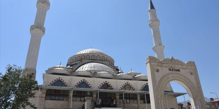 Tarihi Ulu Camii'ye uygunsuz kıyafetlerle girmeye çalışan kadını uyarınca saldırıya uğradı